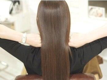 ジーナ(JINA)の写真/一人ひとりの髪質やクセを見極め、オーダーメイドで髪質改善!厳選した薬剤で施術するグレイカラーも◎