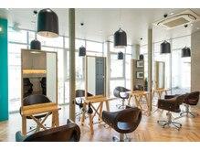 オーブ ヘアー エレナ 横須賀店(AUBE HAIR elena)の雰囲気(開放感のある明るい店内で、くつろぎの時間をお過ごしください。)