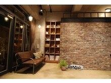 クー(kou)の雰囲気(シンプルなデザインでアクセントのオブジェ、開放的な空間です)
