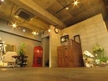 ヘアアンドメイク グラ(HAIR&MAKE gra)の雰囲気(天井が高い癒し空間!ゆったり過ごせます♪)
