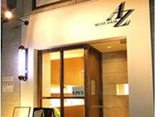 エーゼット(MEN'S HAIR AZ)の雰囲気(白の壁にロゴが目印。シンプルながら主張している自慢の外観です)