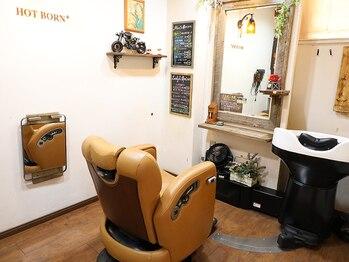 ホットボーンプラス EAST店(HOT BORN+)の写真/こだわりの薬剤・メニューを取り揃え、様々な髪の状態にご対応!落ち着く店内で有意義なサロンタイムを♪