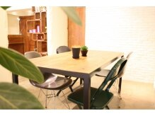 アンテレ(ANTERET)の雰囲気(大きなテーブルのあるウェイティングスペース。【銀座ANTERET】)