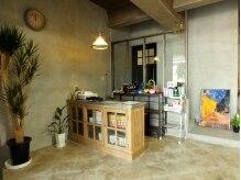 カフェアンドサロン フレーバー(cafe&salon FLAVOR)の雰囲気(こちらはサロンの受付スペースです。植物も程よく配置しています)