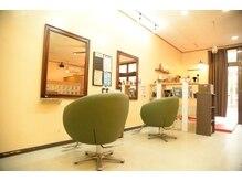 ヘアーリゴラ(Hair ReGoLA)の雰囲気(隣の席との間隔も広いので、のんびり、ゆったりくつろげます。)
