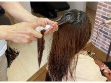 縮毛矯正では無いのにクセが伸びる 髪の傷みをを修復出来る、「グリオキシル酸」を付けていきます