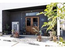 ナナ バイ ピケ(nana by pique)の雰囲気(サロン前に駐車場完備。大きな白い建物と木目調の扉が目印です。)