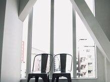 ロア 吉祥寺(loa)の雰囲気(窓が大きく光がたっぷり入る、天井の高いデザイナーズサロンです)