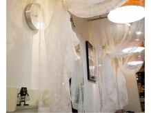 ハイスペック(Hispec)の雰囲気(明るい店内はやわらかな質感のカーテンで仕切られています。)