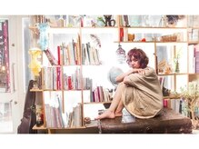 ピエスデシュブー(piece des cheveux)の雰囲気(窓際の棚には、オーナーの集めた小物や本が置かれています。)