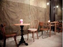 アムスアロン(AMSALON)の雰囲気(机と椅子)