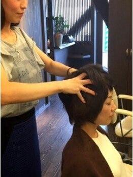 オクトヘアー(oct HAIR)の写真/ジェルマッサージが人気の秘密♪頭皮のコリをほぐして血行を促進!!健康な頭皮から美しい髪に導いてくれる☆