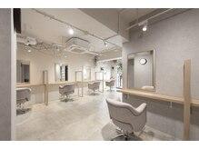 アマニ ヘアー ホスピタル 表参道/青山(AMANI.HAIR HOSPITAL)の雰囲気(自然光溢れる店内で、セット面には1席ずつ仕切りがございます◎)