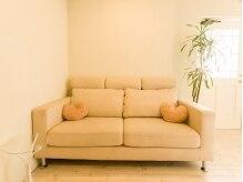 スプリング(spring)の雰囲気(ウェイティングスペースのソファはフカフカでゆったりできます♪)