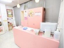 美容室ママファミリー 筥松店の雰囲気(《優しいピンク》を基調とした店内。)
