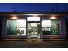 美容室 クオリアの雰囲気(こちらが外観となります。旭ヶ丘団地バス停前にあります!)