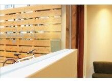 ヘアー サラン(hair Sala+n)の雰囲気(大きな窓からは日の光が差し込んで店内を照らします♪)