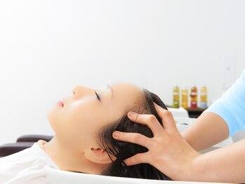 リベルタ(Re:berta)の写真/≪ベットタイプのシャンプー台で夢見心地≫心地よいアロマの香りに包まれながら、髪と頭皮を同時にケア♪