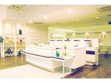 ピカ イチ 八代本店(pikA icHi)の雰囲気(白を基調とした広い店内で、癒しのひと時をお過ごしください。)