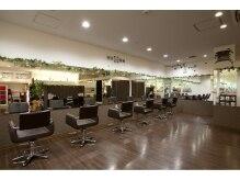 アール ヘアーアンドメイク 大雄山店(R Hair&Make)の雰囲気(木目を基調とした心地よい開放的な空間)