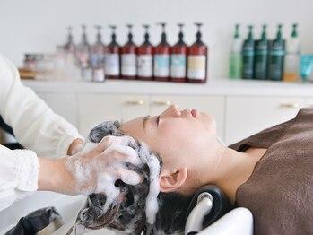 ロッソ 逗子銀座店(ROSSO Zushi-Ginza)の写真/フラットベッドのシャンプー台で心も髪もリラックス。本格頭皮改善メニュー有。