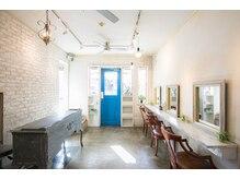 アン ココン(un.cocon)の雰囲気(白の壁に青い扉が特徴です。隠れ家サロンで癒しの空間♪)