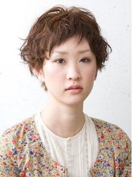 インザピープル(INN THE PEOPLE) ゆるふわパーマのショートヘアで、女性
