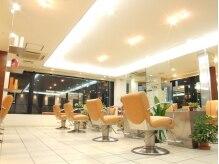 ブルーム 高幡店(BLOOM)の雰囲気(ポップなオレンジ、広々シートでヘアチェンジ♪)