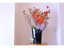 シュールセイン(sur scene)の雰囲気(シャンプー台から眺める週変わりのお花に癒されます…*)