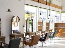 オーブ ヘアー ルーム 新潟店(AUBE HAIR room)の雰囲気(開放感のある明るい店内で、くつろぎの時間をお過ごしください。)