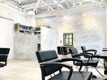 エマン ヘアアンドトリートメント(AIMANT Hair&Treatment)の雰囲気(レンガの壁が魅力的♪♪白黒基調のオシャレな店内☆)