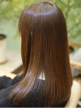 プレミアムオーファ(Premium Ofa)の写真/髪質改善でいつも触っていたくなるようなツヤ髪へ…縮毛矯正の傷みは適切なケアが必須!【髪質改善/金町】