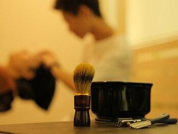ヘアーステージ フィガロ(HAIR STAGE FIGARO)の写真/【バーバーの高技術×豊富な知識】顔の印象を左右するひげや眉のお手入れはプロの手技にお任せ