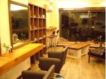 フラヴェス(floves)の雰囲気(手作り家具と植物に囲まれたほっとできるカフェのような店内♪)