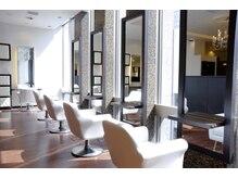 ヴィサージュ ギンザ VISAGE GINZAの雰囲気(銀座中央通りに面した店内窓際のお席。)