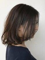大人女性の前髪なし前上がりフェミニンボブ