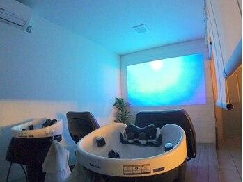 ヘアーアンドライフスタイル ルカヒ(Hair Life style LUKAHI)の写真/半個室のシャンプースペースでゆったりリラックス…♪心地よいマッサージに癒されながら髪と頭皮を健康に◎