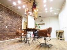 メイクルーム(make room.)の雰囲気(広い店内に2席だけのプライベートな空間です。)