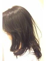 アッシュ系ダークカラーで艶感際立つモテ髪セミロング