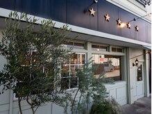 サンク エトワール(Cinq Etoiles)の雰囲気(柔らかいブルーグリーンのお店、目印は星5つ☆)