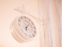 ヘアーサロンfの雰囲気(店内には、オシャレなアンティーク調の時計があります♪)