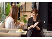 【カフェスペース】ホテルのラウンジのようなロイヤルガーデンで7種から選べるケーキとお茶を堪能。