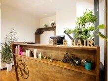 アールヘアー(R hair)の雰囲気(木目調の温かみ溢れる店内☆観葉植物に心癒されます♪)