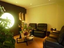ナゴミノヒトトキ(NAGOMI NO HiTOTOKi)の雰囲気(大きなソファにゆったり空間、癒しの待合。充電器等ご用意有。)