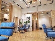 アクロスヘアーデザイン 武蔵小杉店(across hair design)の雰囲気(店内はぬくもりのある広々とした空間です。(武蔵小杉店))