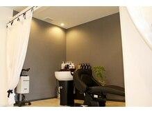 アトリエ ヘア クローゼット(atelier Hair Closet)の雰囲気(フルフラットシートシャンプー台。一台だけの贅沢なスペース。)