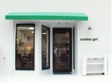 ナンバーガール(number girl)の雰囲気(真っ白な外壁に、緑の屋根が目印です…☆)