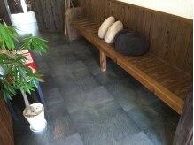 和み。KAMIBIYORIの雰囲気(お待ち中はこだわりのお茶をサービス☆お友達とカフェ気分で♪)