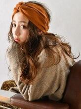 サンディーズ(SUNDYS)ブラウンベージュレイヤーカットスカーフアレンジ大人かわいい