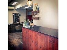 ハコ(haco)の雰囲気(受付。木調の店内でゆっくりとお過ごしください。)